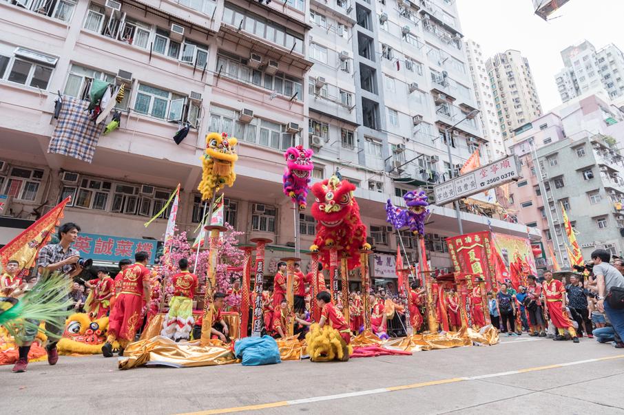 巡遊隊伍浩浩蕩蕩,場面墟冚熱鬧,令節慶更具獨特的文化色彩。