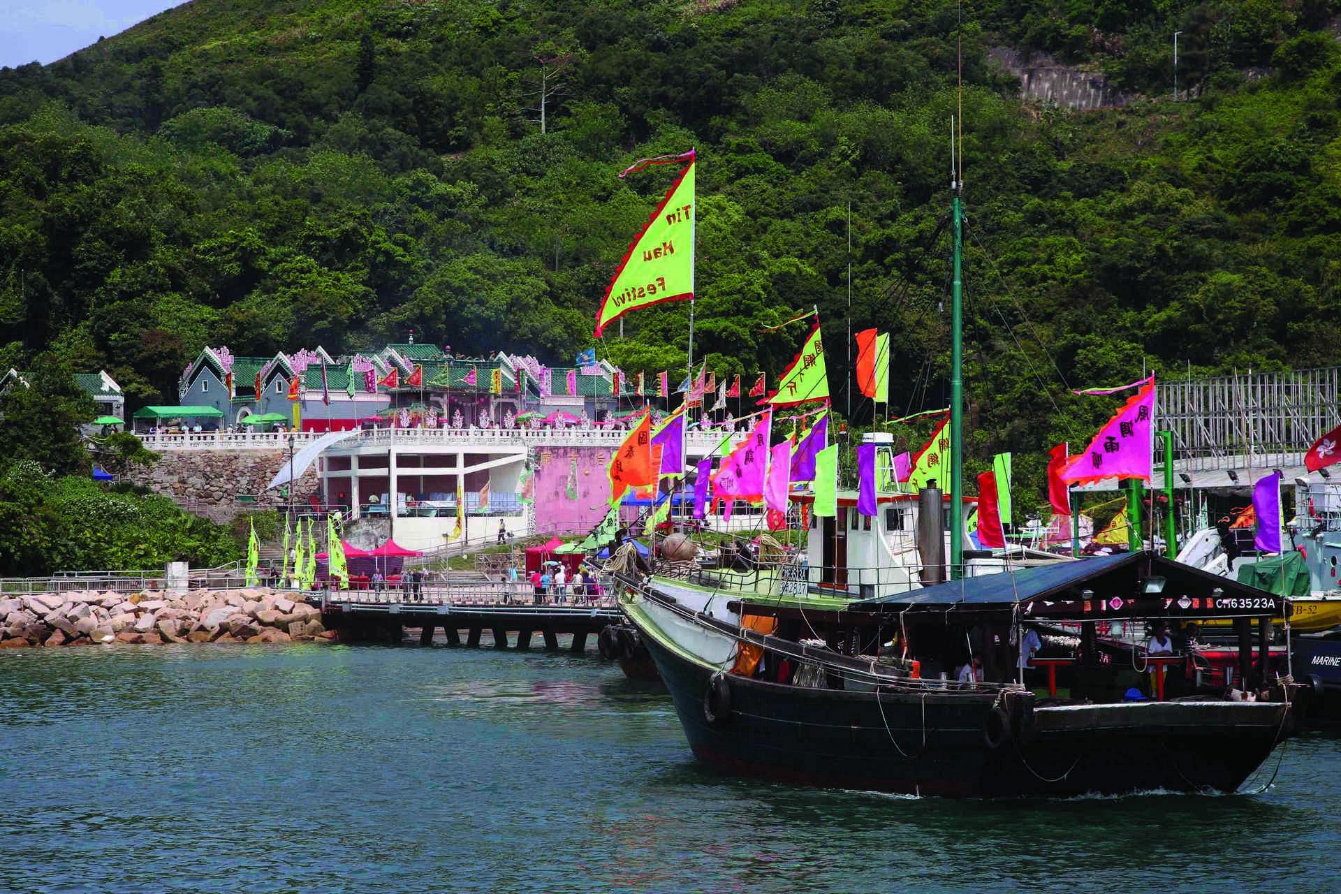 大廟是香港三百餘座天后廟中最古老的一間,天后誕當天參拜善信達三四萬人。
