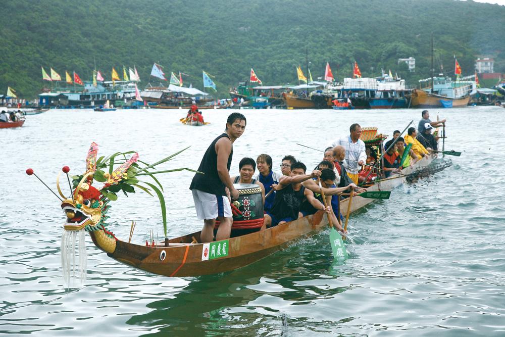居民在天后誕當日舉行龍舟比賽,將龍舟划到天后廟參拜和祭祀海中亡魂。
