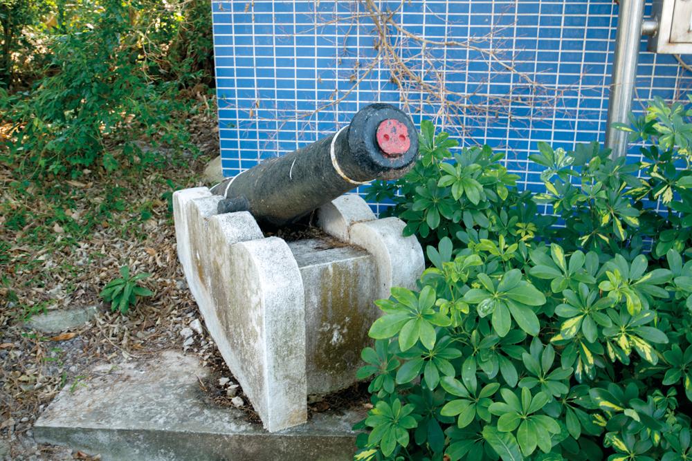 警署門外擺放小炮,突顯保安能力。