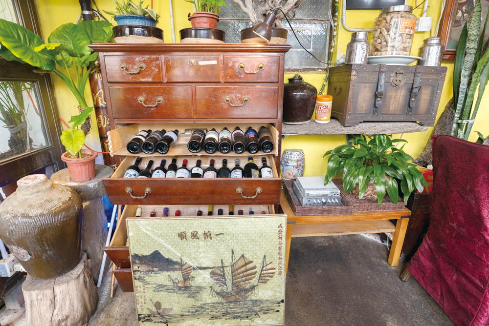 舖內放著具漁港特色的裝飾品,增添氣氛。