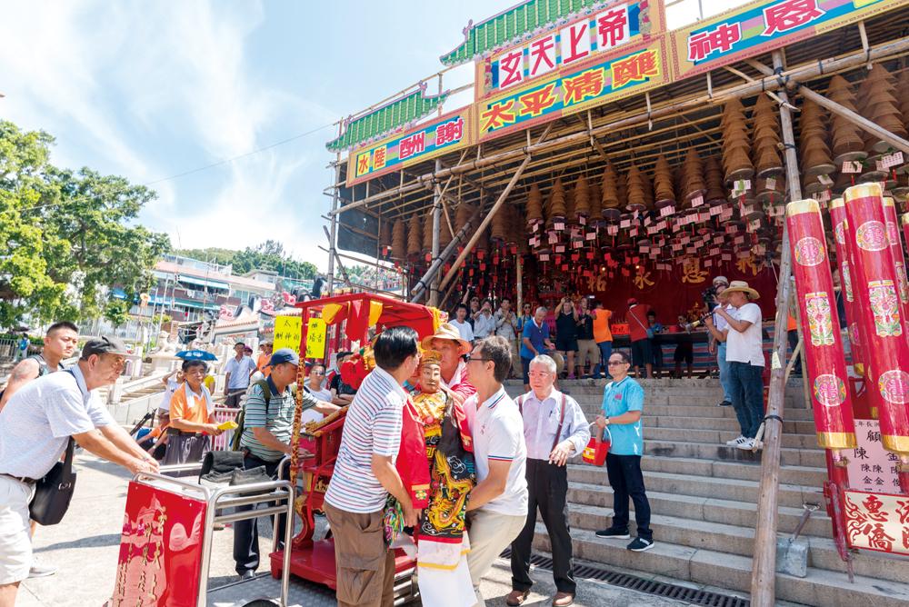 醮會開始前,居民先往島上各廟宇請神到神棚安奉。
