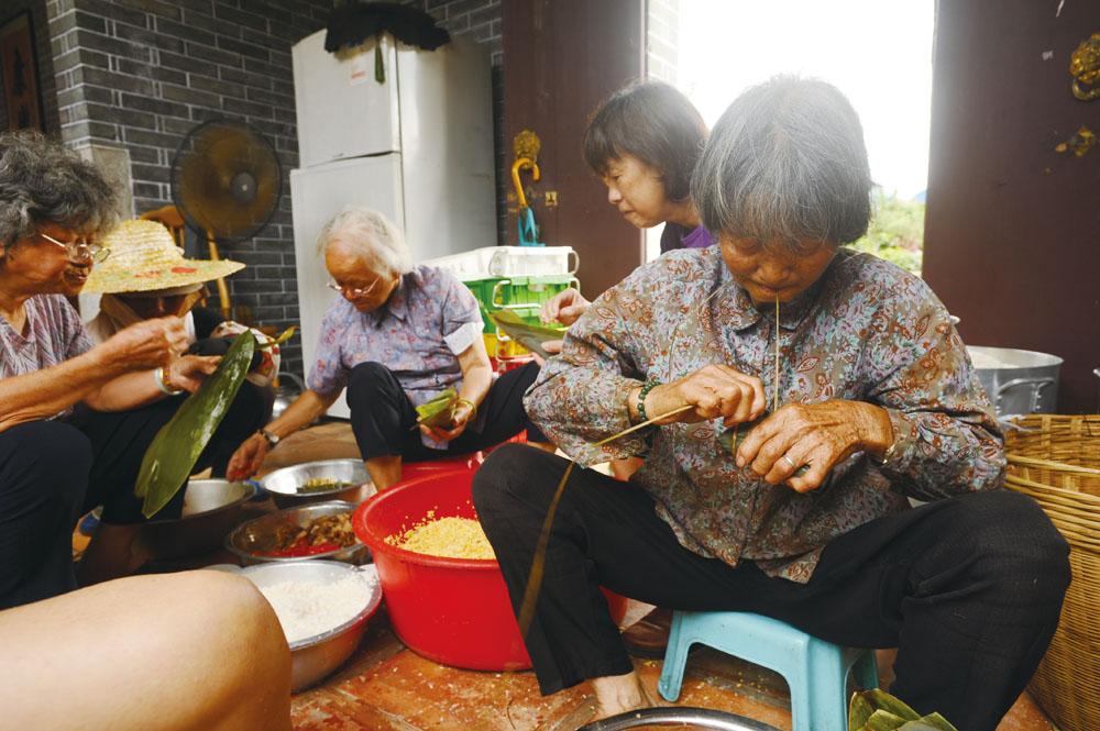 一眾文婆婆、文嬸嬸正在落力地包粽,將文化和好味道一起傳承下去。