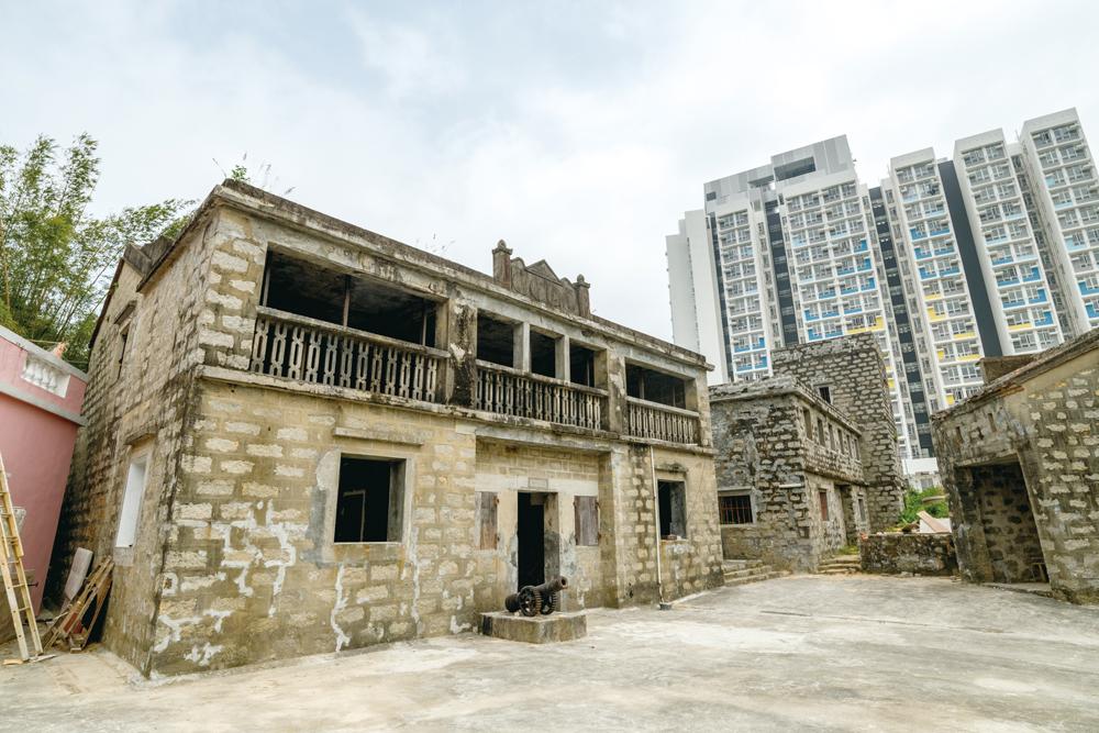 袁華照在梅窩興建多座石砌大屋,目前仍有後人居住。