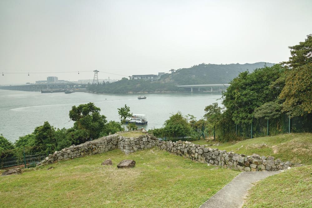 東涌小炮台鄰近馬灣涌村,現只餘曲尺形的矮牆。
