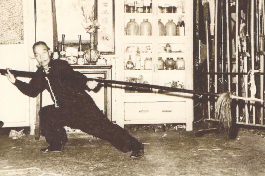 耿德海在醫館中耍大槍,時約六十年代。