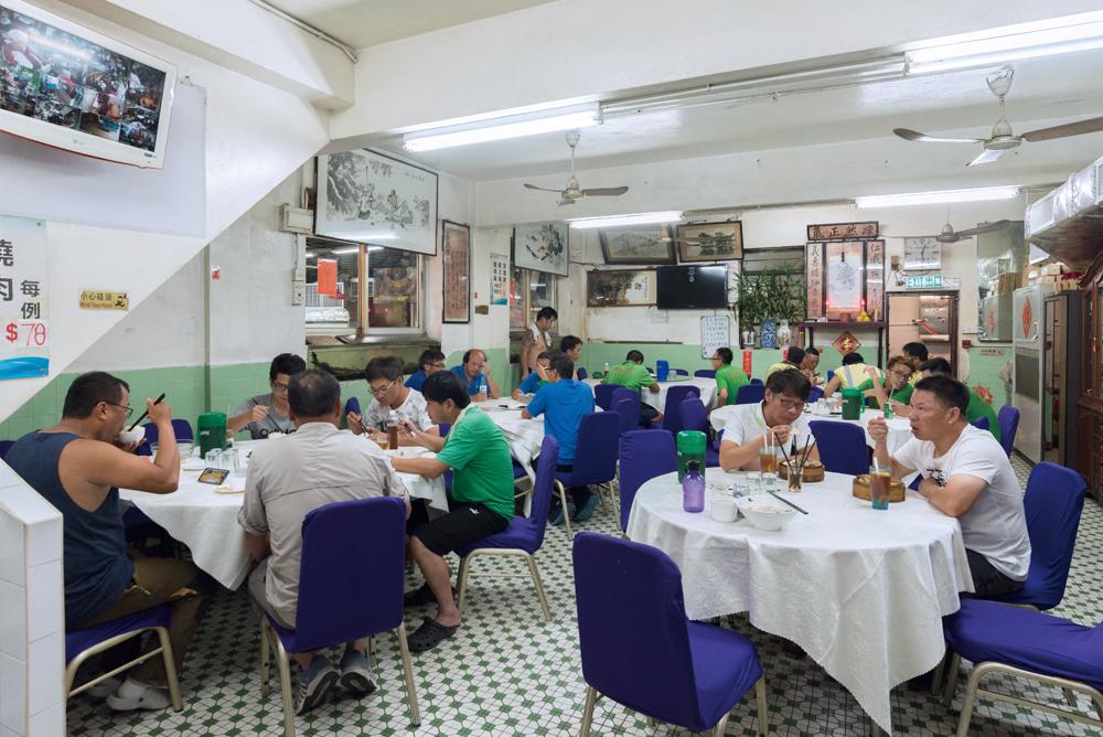 假日期間,酒家高朋滿座,是平民享受海鮮美食的地方。