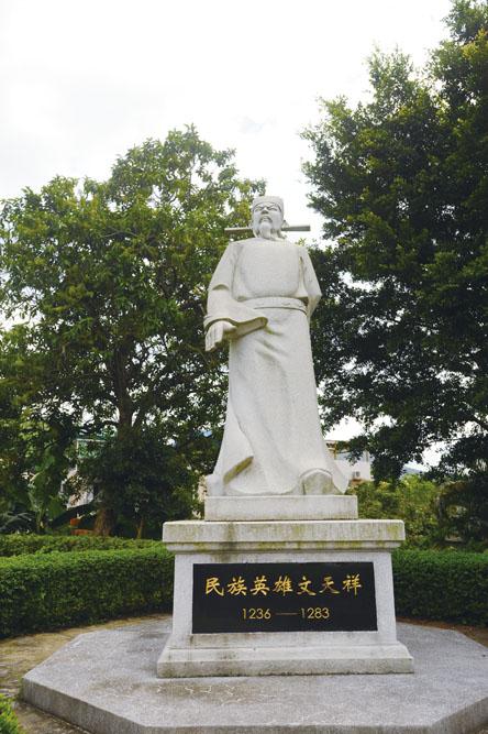 泰亨文氏宗祠旁,聳立著一尊威嚴的文天祥像,以紀念其英勇事跡。