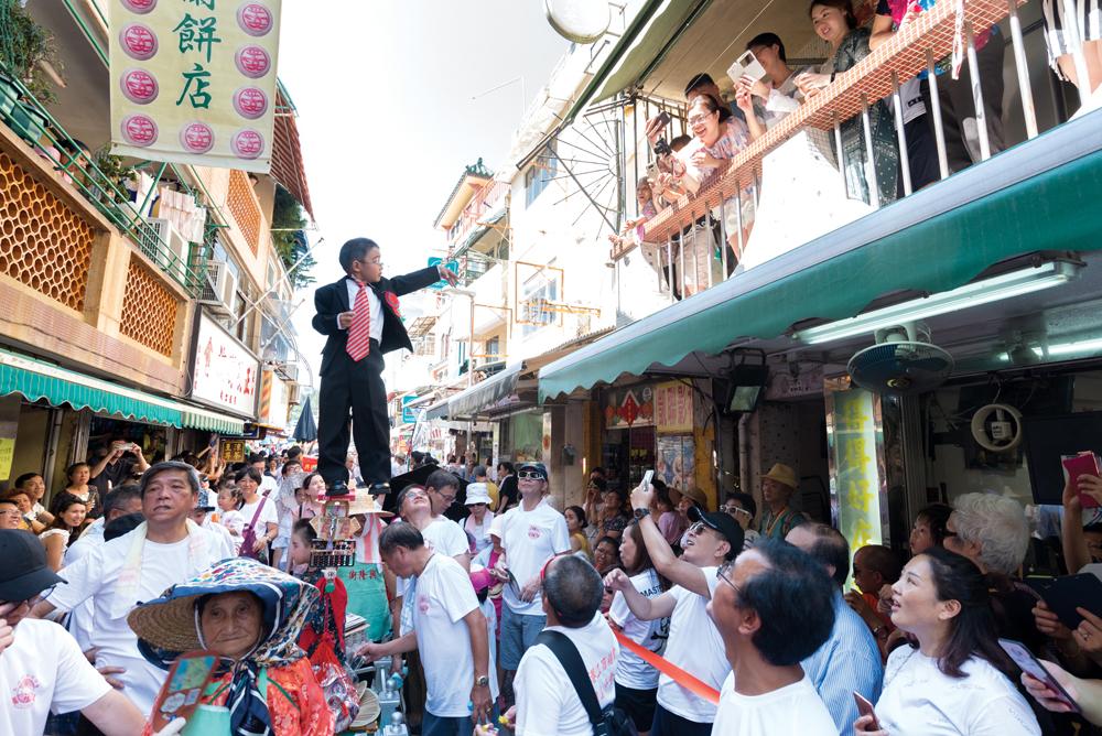 長洲飄色是節慶重點,小孩會扮演當年時事話題中的不同角色。