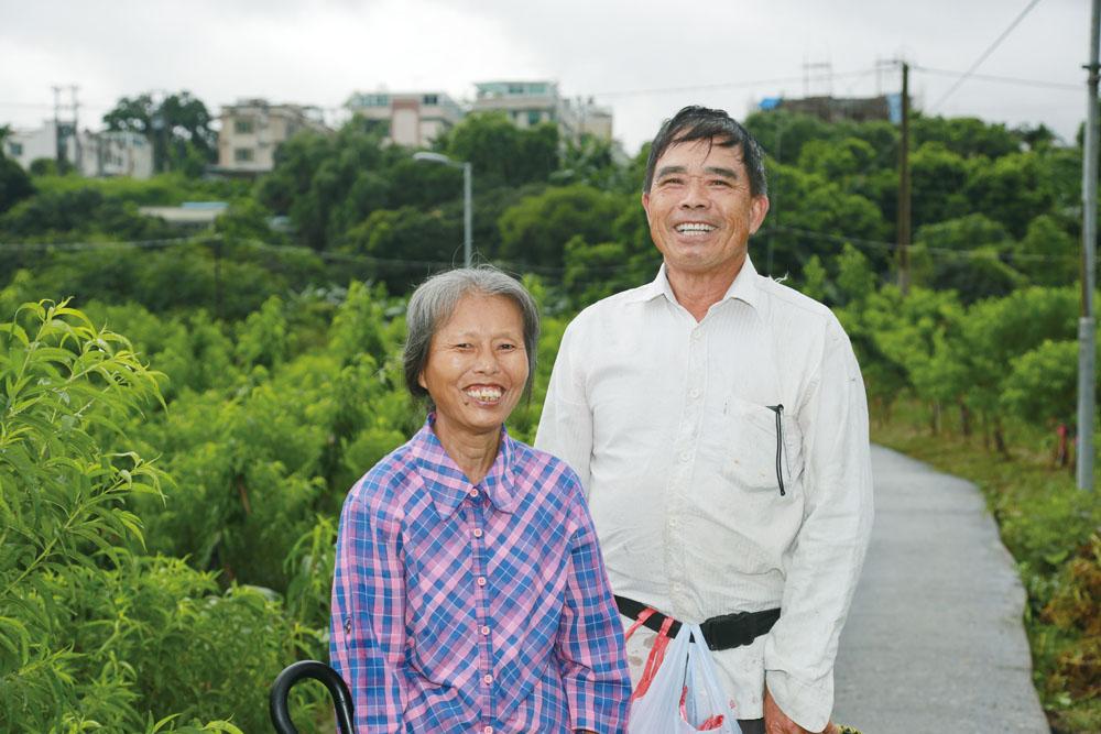 林村的花農主要種桃花、菊花、百合。左邊為種菊花和蔬菜的鍾女士,右邊則是「桃花大王」張國。