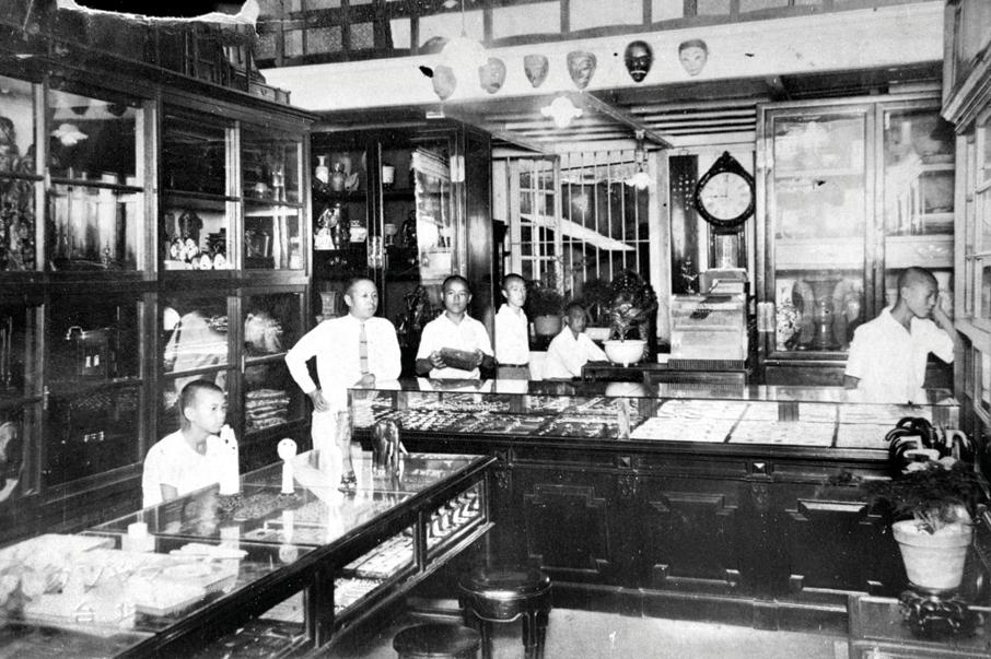 1925年灣仔海旁東(今莊士敦道)日人開設的商店,售賣日本工藝品。