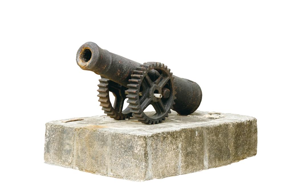 主樓門前擺放一支古炮,顯示主人地位。