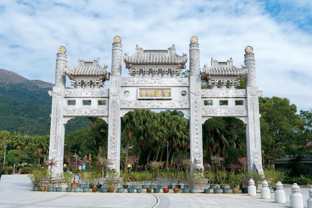 穿過山門一座牌樓,便進入寶蓮禪寺範圍。