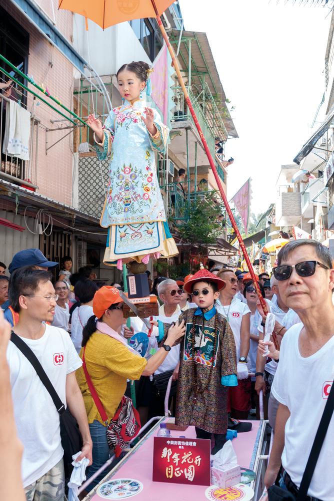 飄色隊伍穿梭長洲街巷,吸引群眾夾道觀賞。