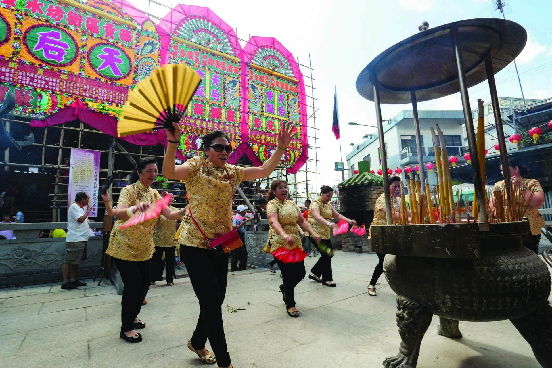 西貢墟天后誕有鶴佬婦女表演陸上扒龍舟傳統。