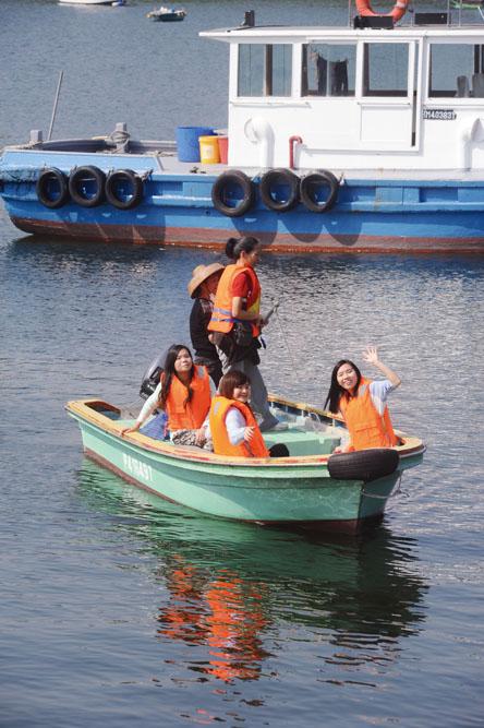 不少市民趁住假日,特地走入三門仔感受漁村風情。