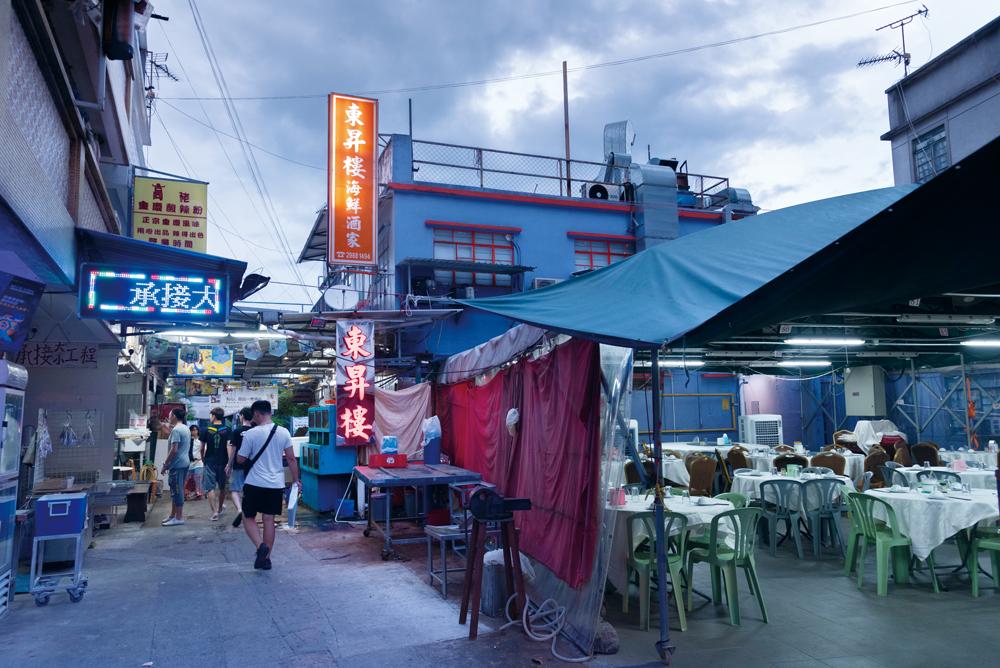 酒家位於大街上,自然吸引不少專程尋找美食的遊人。