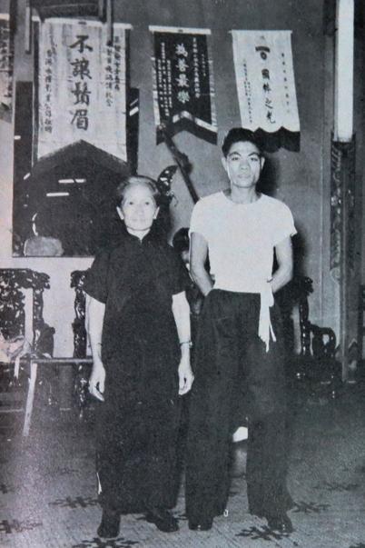 莫桂蘭與傳人誼孫李燦窩,上世紀六十年代攝。