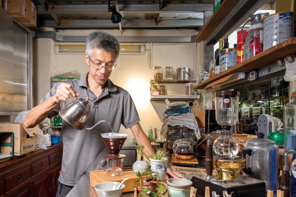從廣告行業退下多年,老闆添明回到老家開設蘇廬棚頭茶歇,開展人生的另一頁。