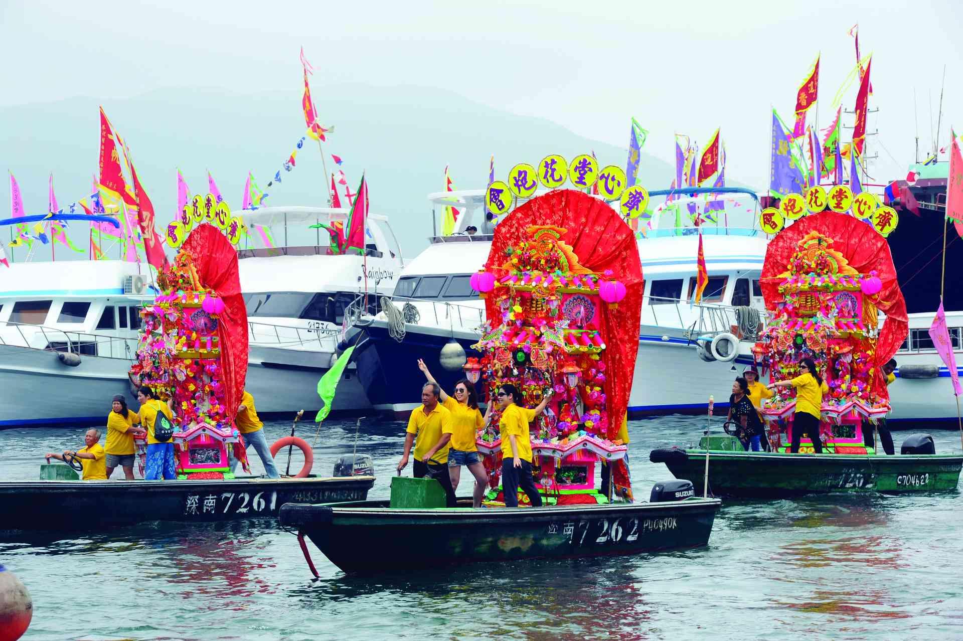 糧船灣各花炮會穿著制服以船艇將花炮搬到廟前盛況。