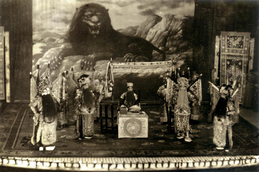 1925年落成的利舞臺,是一所戲院,也經常上演傳統粵劇,是早年銅鑼灣的地標,於1991年拆卸。