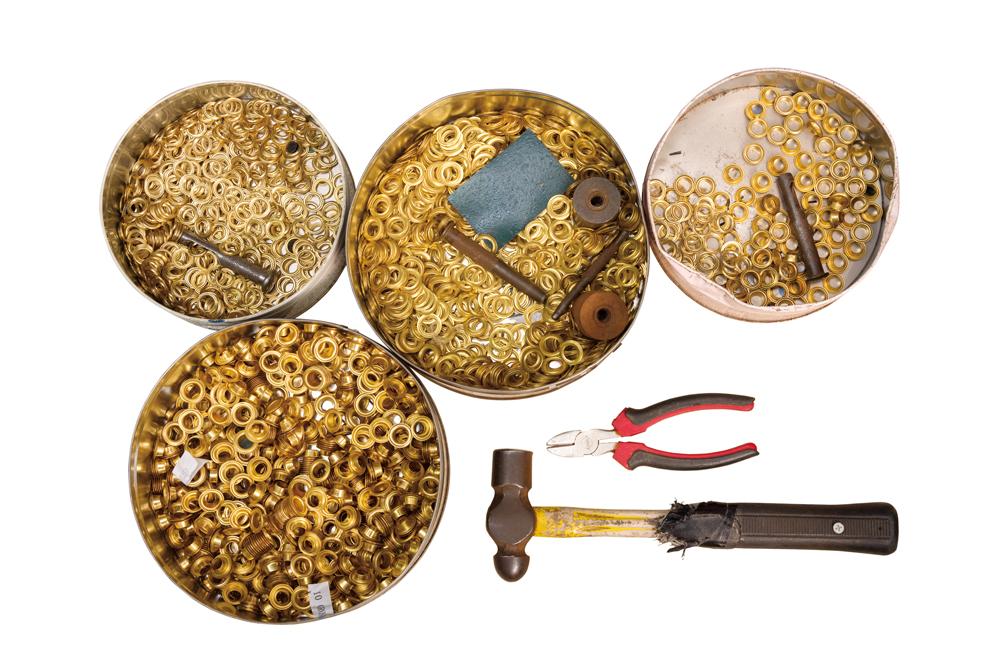 老店沿用多年的釘鈕和部分工具。