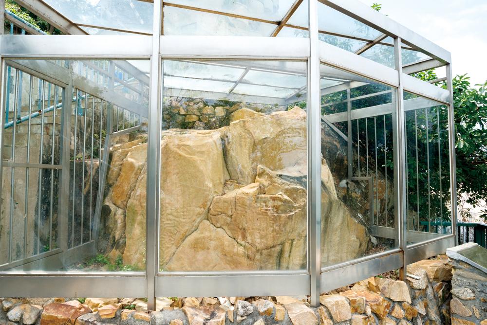 古蹟辧在長洲東灣的石刻加上保護設施。