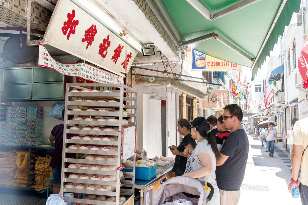 除了打蘸期間,售賣大量的平安包外,平日也售賣不同新鮮出爐的唐餅和麵包。