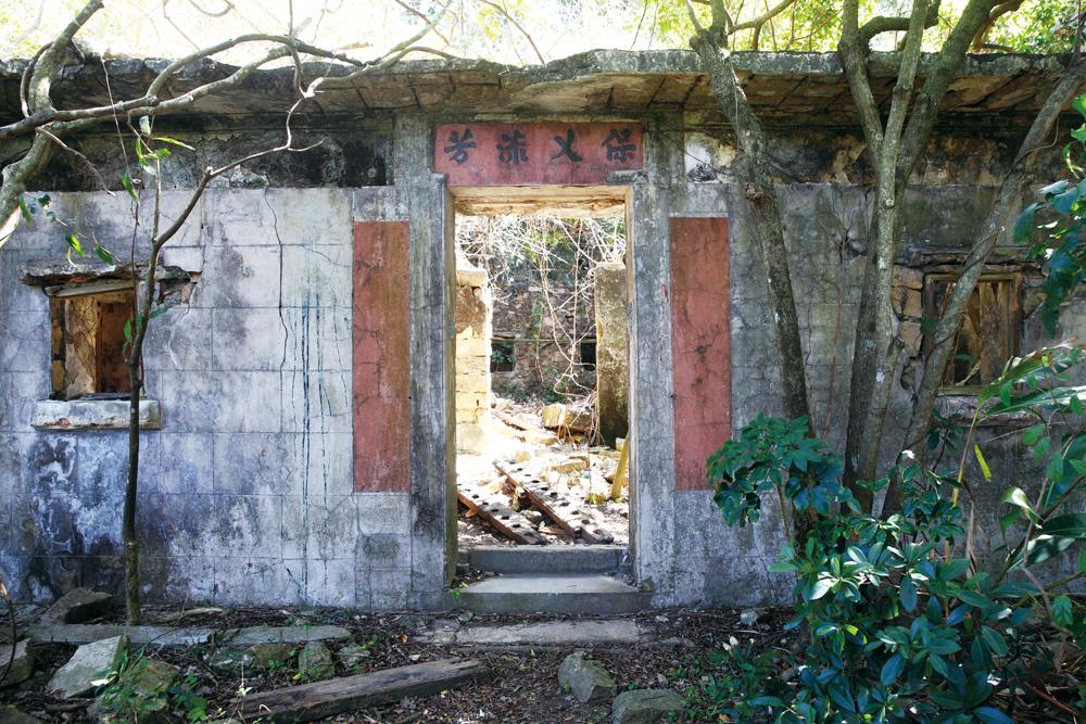 正門橫額刻有「保乂流芳」 四字,但門聯的字跡已消失了。