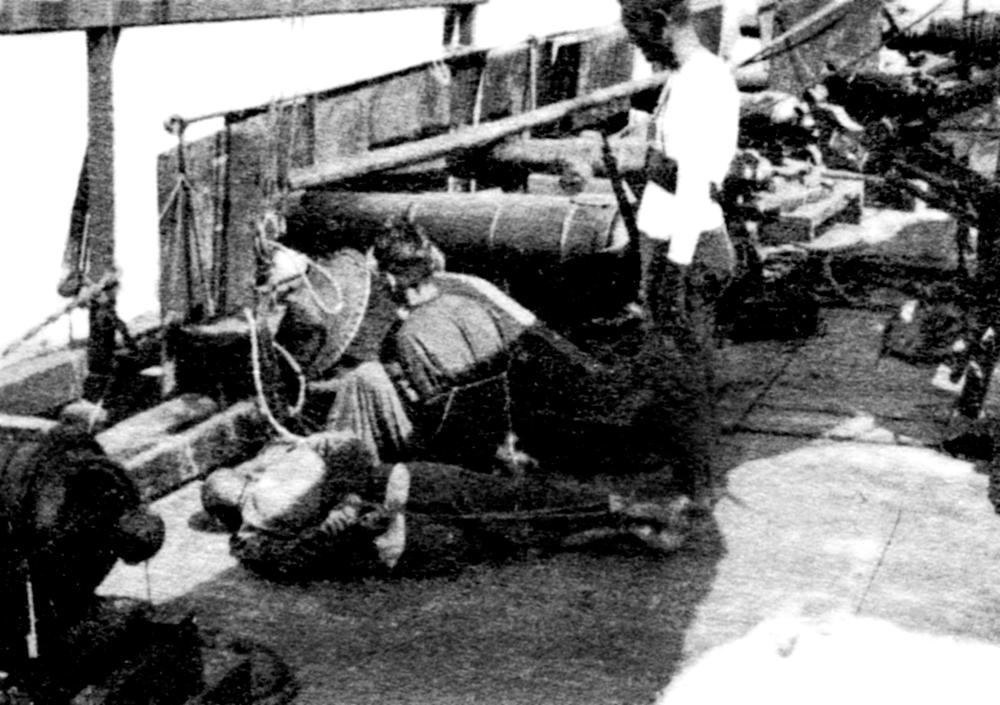 擄人勒贖一直是海盜的主要收入來源,圖為1920年代兩名遭海盜擄走的受害者。