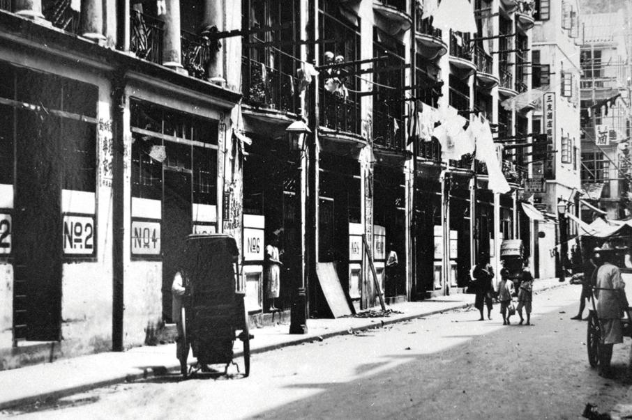 1920年代位於春園街的妓院,右方可見日人開設的酒館。